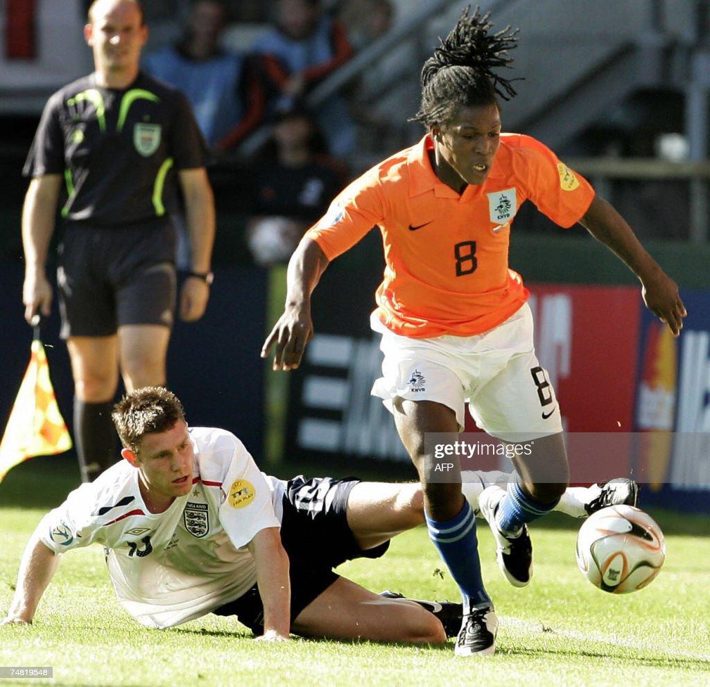 Netherlands player Royston Drenthe (R) p... : News Photo
