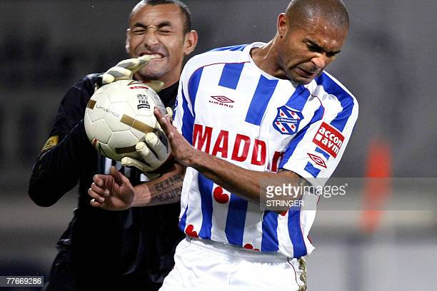 SC Heerenveen's Afonso Alves duels with PSV goalkeeper Gomes during their Dutch Premier League football match Heerenveen 03 November 2007 AFP PHOTO /...