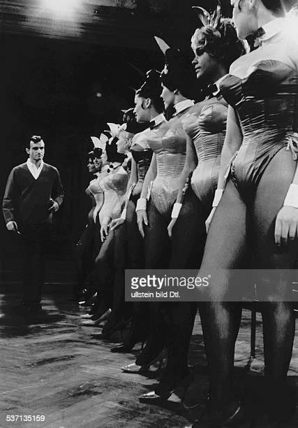 Hefner Hugh * Verleger USA mit einer Reihe von 'Bunnies' die in seinen 'PlayboyClubs' arbeiten 1969