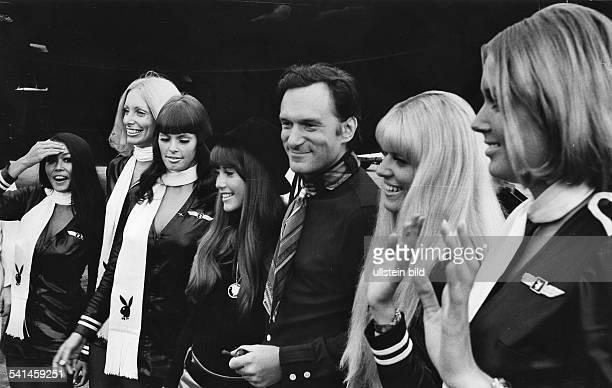 Hefner Hugh *Verleger USA mit seiner Freundin Barbara Benton und den 'Playboy Bunnies' 1970