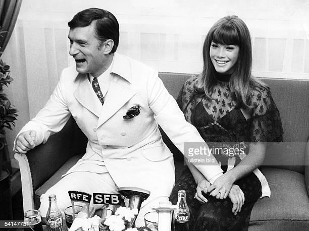 Hefner Hugh *Verleger USA mit seiner Freundin Barbara Benton waehrend eines Besuchs in Berlin 1969