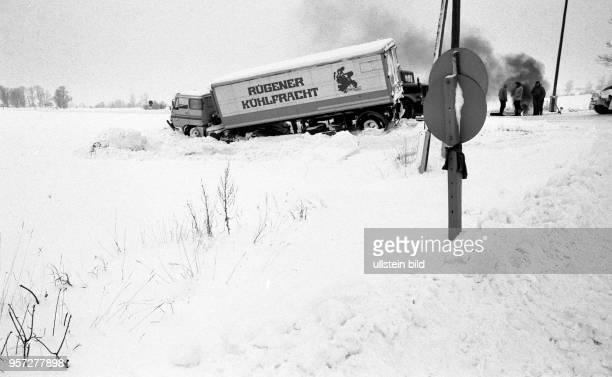 Heftiges Schneetreiben und eine spiegelglatte Fahrbahn brachten diesen Lkw von der Fernverkehrsstraße F 96 ab und ließen ihn in den Straßengraben...