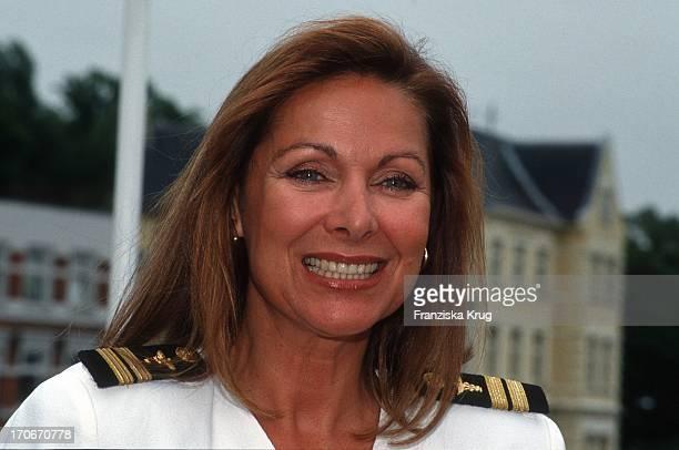 Heide Keller Als Chefhostess Beatrice Bei Dreharbeiten Zur Zdf Serie Traumschiff 1992