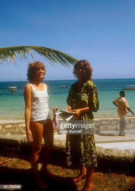 Heide Keller Barbara Firzlaff Dreharbeiten zur ZDFReihe Traumschiff Folge 10 Kenia Serena Beach Hotel Episode Liebe durch 2 Mombasa Kenia Palme Meer...