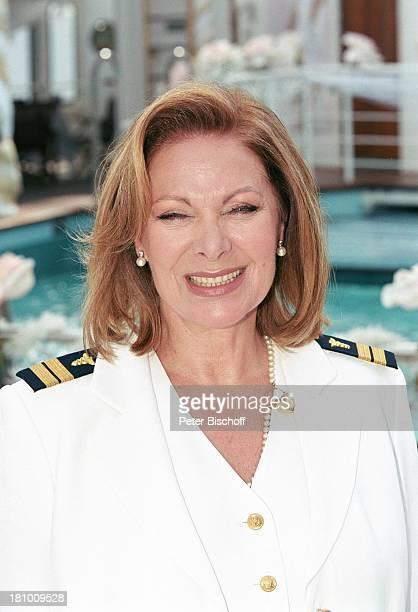 Heide Keller Dreharbeiten zur ZDFReihe Traumschiff Folge 45 BoraBora Polynesien Südsee MS Deutschland Kreuzfahrtschiff Kreuzfahrt Pool Uniform...