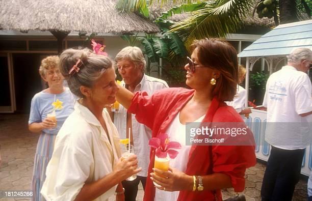 Heide Keller Günter Pfitzmann Ehefrau Lilo Pfitzmann neben den Dreharbeiten zur ZDFReihe Traumschiff Folge 13 Thailand Mauritius Indischer Ozean...