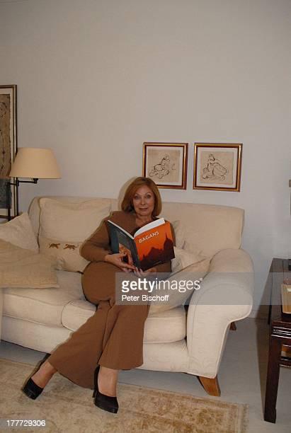 Heide Keller Homestory Bad Godesberg / Bonn NordrheinWestfalen Deutschland Europa Wohnung Wohnzimmer Sofa Couch Buch Schauspielerin