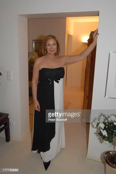 Heide Keller Homestory Bad Godesberg / Bonn NordrheinWestfalen Deutschland Europa Wohnung Mode Garderobe Abendgarderobe Ganzkörper Schauspielerin