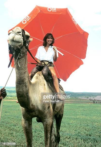 "Heide Keller, Kamel, ZDF-Reihe ""Traumschiff "", Folge 8 + 10: ""Kenia"", Ausflug, Mombasa/Kenia/Afrika, , Landgang, Kamel reiten, Sonnenschirm,..."