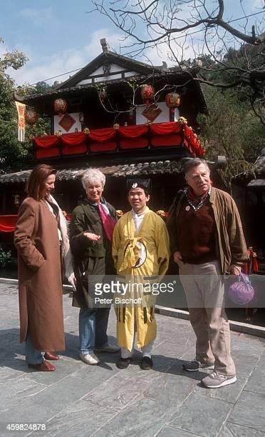 'Heide Keller Maria Sebaldt Chinese Robert Freitag neben den Dreharbeiten zur ZDFReihe ''Traumschiff'' Folge 23 ''Hongkong'' am in Hongkong '