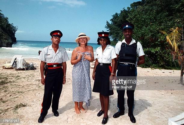 Heide Keller mit einheimischen PolizistenHeide Keller neben den Dreharbeiten zur ZDFReihe 'Traumschiff' Folge 32 'Jamaica / GalapagosInseln' Karibik...