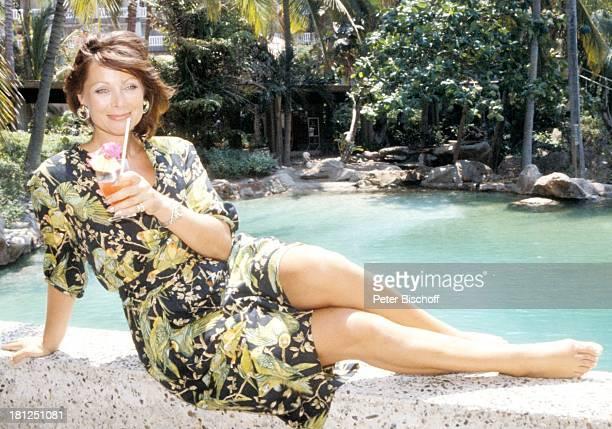 Heide Keller neben den Dreharbeiten zur ZDFReihe 'Traumschiff' Folge 16 'Mexiko' Acapulco Mexiko/Mittelamerika Pool Palmen Glas Getränk Cocktail...