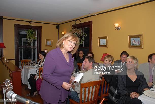 Inka Bause 2 Tisch vlnr Tom Mikulla Eva Kristian Kiehling Party zum 70 Geburtstag von Heide Keller neben den Dreharbeiten zur ZDFReihe 'Traumschiff'...
