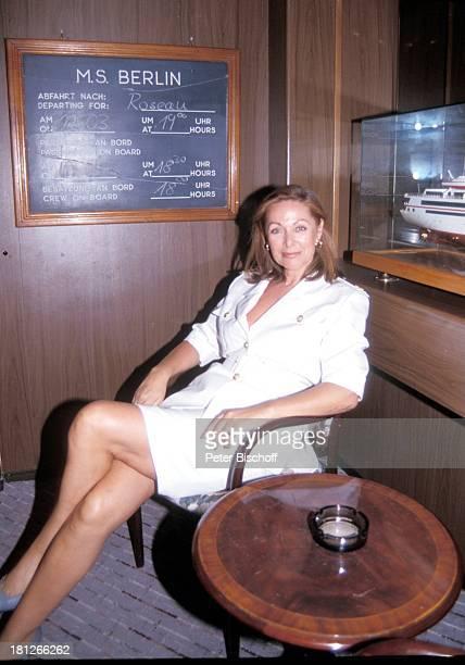 Traumschiff Folge 19 Norwegen Norwegen/Skandinavien MS Berlin Kreuzfahrt Kreuzfahrtschiff Stammcrew neutral Schauspielerin Uniform Promis Prominenter...