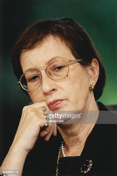 Heide Simonis *4 Juli 1943Politikerin SPD D Ministerpraesidentin SchleswigHolstein Vorsitzende UNICEF Deutschland mit nachdenklichem Gesichtsausdruck...