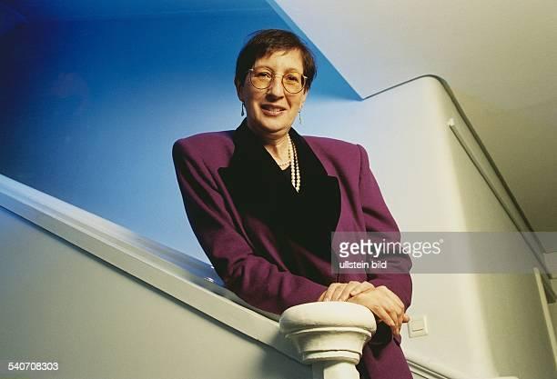 Heide Simonis *4 Juli 1943Politikerin SPD D Ministerpraesidentin SchleswigHolstein Vorsitzende UNICEF Deutschland am Treppengelaender lehnend...