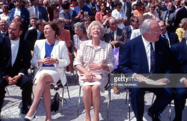 Heidemarie Wieczorek-Zeul, Annemarie Renger and chancellor Helmut Kohl at an exhibition with artworks of French Swiss artist Niki de Saint Phalle,...