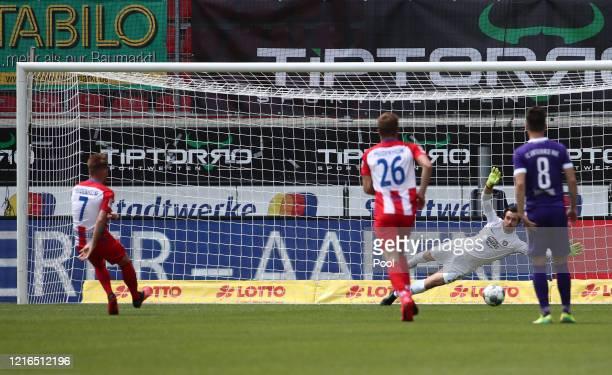 Heidenheim's Marc Schnatterer fails with his penalty kick against Aue's goalkeeper Martin Mannel during the Second Bundesliga match between 1. FC...