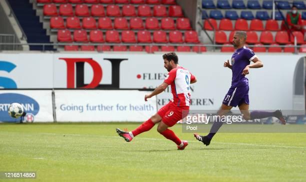Heidenheim's Stefan Schimmer scores his teams third goal during the Second Bundesliga match between 1. FC Heidenheim 1846 and FC Erzgebirge Aue at...