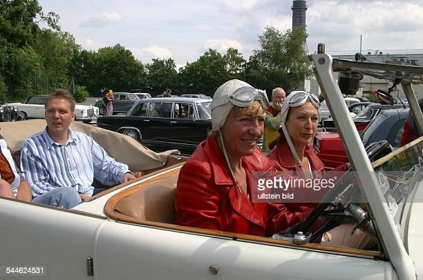 Heidi Hetzer Unternehmerin Rennfahrerin während eines Oldtimer Korso anlaesslich 300 Jahre Charlottenburg in einem Hispano Suiza Baujahr 192 rechts...