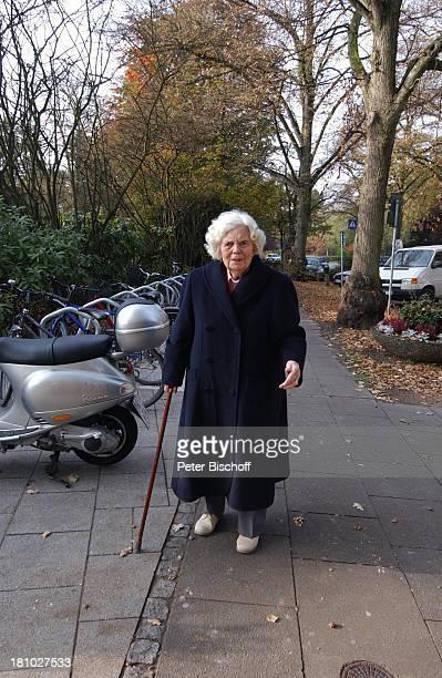 """Heidi Kabel, Hamburg, , Seniorenresidenz """"Ernst und Claere Jung Stiftung"""", Altersheim, Pflegeheim, Spaziergang, Spazierstock, Handtasche,..."""