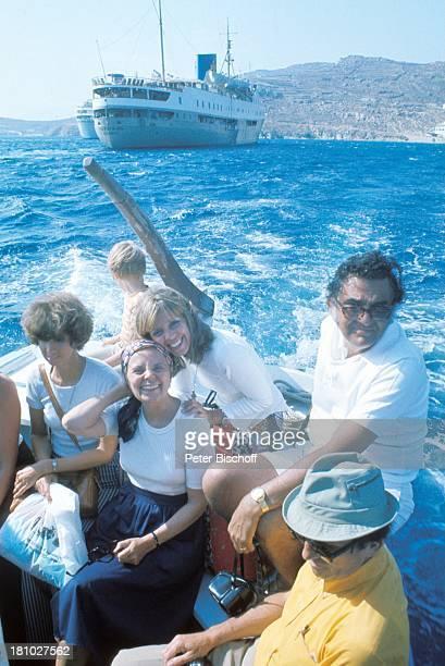 Heidi Kabel Heidi Mahler Touristen MittelmeerKreuzfahrt Mykonos/Griechenland Berge Meer Schiff Boot ausbooten Kopftuch Sonnenbrille Schauspielerin...