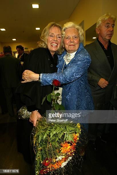 Heidi Kabel Tochter Heidi Mahler Empfang nach der Jubiläumsvorstellung des Stückes Utmustert 100 Jahre OhnsorgTheater Hamburg Ohnsorg Theater Blumen...