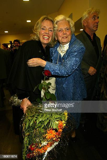Heidi Kabel Tochter Heidi Mahler Empfangnach der Jubiläumsvorstellung des Stückes Utmustert 100 Jahre OhnsorgTheater Hamburg Ohnsorg Theater Blumen...