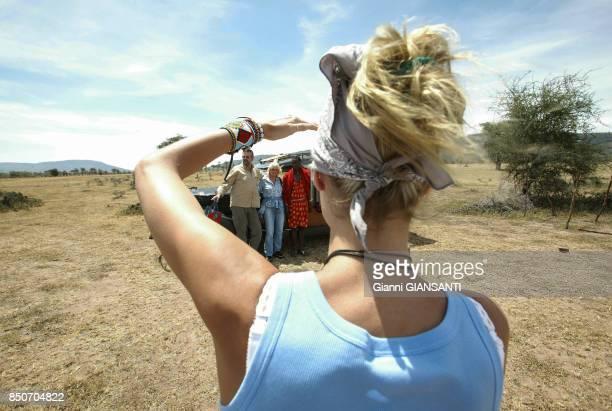 Heidi Klum photographie ses parents avec un Masaï lors des ses vacances au Kenya en décembre 2003