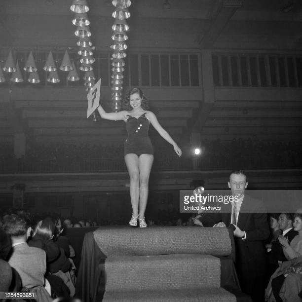 Heidi Krüger auf dem Laufsteg bei der Wahl zur Miss Germany 1953 / 54 in der Ernst-Maerck-Halle in Hamburg, 1953.