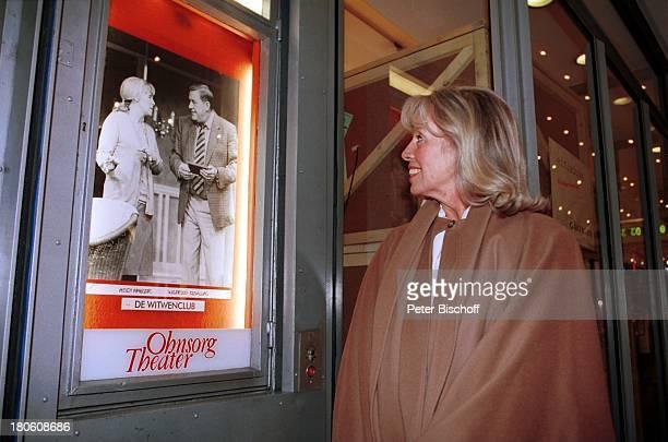 Heidi Mahler Ausflug vor dem OhnsorgTheater Hamburg Schauspielerin TheaterPlakat De Witwenclub