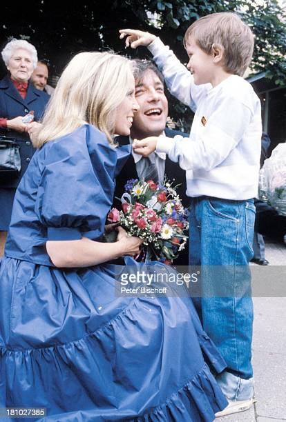 Heidi Mahler Ehemann Juergen Pooch Kind Hochzeit Heirat Braut Bräutigam Brautstrauß Blumen Blumenstrauß Konfetti Schauspieler Schauspielerin Promis...