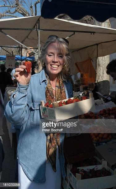 Heidi Mahler Markt in Santa Maria Erdbeeren Obst Mallorca Spanien Baleraren Urlaub Schauspielerin Promis Prominente Prominenter