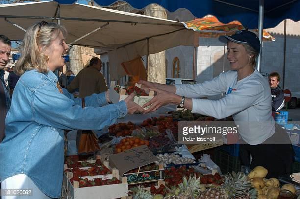 Heidi Mahler Markt in Santa Maria Erdbeeren Obst Verkäuferin Mallorca Spanien Baleraren Urlaub Schauspielerin Promis Prominente Prominenter