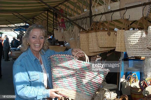 Heidi Mahler Markt in Santa Maria Tasche Mallorca Spanien Baleraren Urlaub Schauspielerin Promis Prominente Prominenter