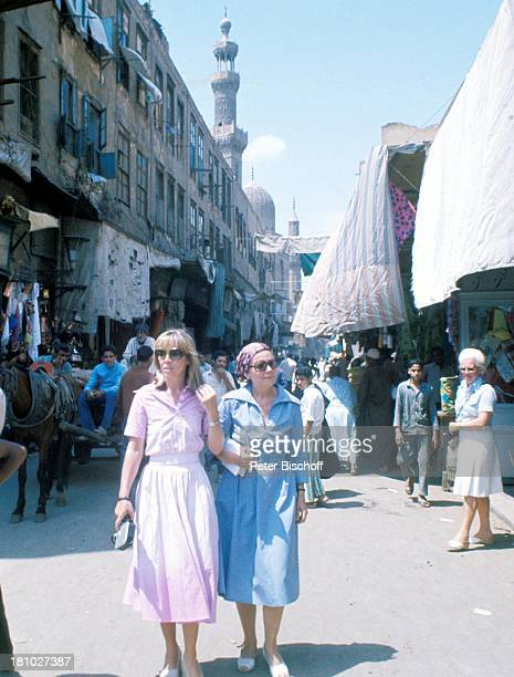 Heidi Mahler Mutter Heidi Kabel MittelmeerKreuzfahrt Kairo/Aegypten/Afrika Gasse Videokamera Kopftuch Sonnenbrille Schauspielerin Promis Prominente...