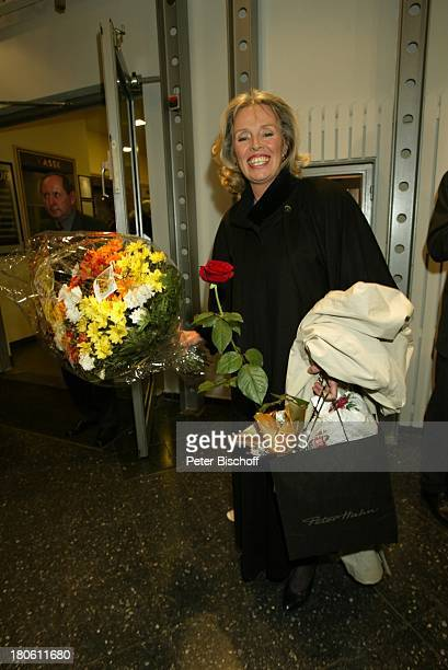 Heidi Mahler nach der Jubiläumsvorstellung des Stückes Utmustert 100 Jahre OhnsorgTheater Hamburg OhnsorgTheater BühnenAusgang Blumen Blumenstrauß...