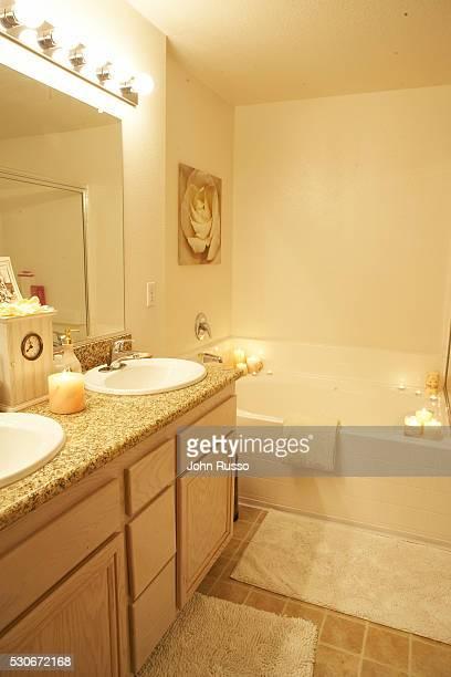 lauren conrad bathroom. Heidi Montag and Lauren Conrad at Home And Photos et images de collection