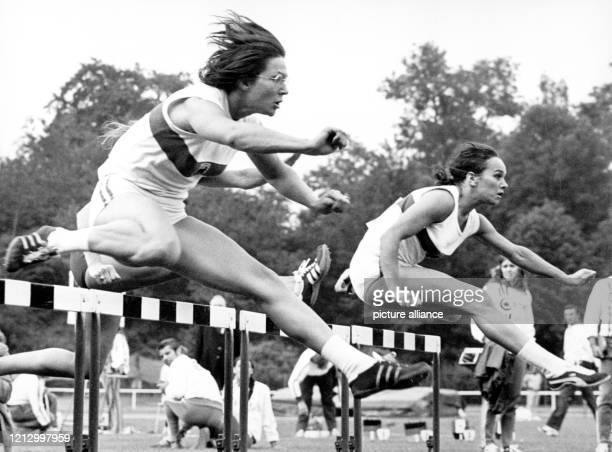 Heidi Schüller und Heide Rosendahl während des 100-Meter-Hürdenlaufs am 7.7.1972 in Lübeck. Zwei deutsche Rekorde fielen am 7. Juli 1972 beim...