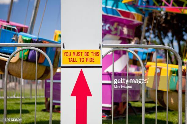 height requirement sign in front of amusement park ride - amusement park ride stock pictures, royalty-free photos & images