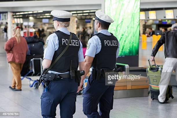 alto estado de alerta no aeroporto de frankfurt - armamento - fotografias e filmes do acervo
