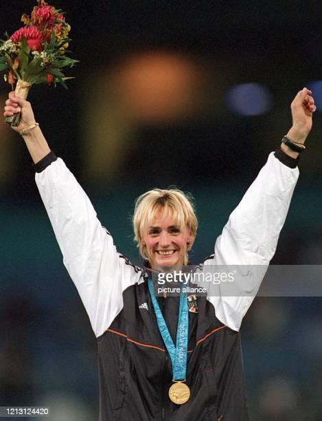 Heike Drechsler aus Thüringen winkt am Freitag im Olympiastadion von Sydney nach der WeitsprungSiegerehrung dem Publikum zu Acht Jahre nach ihrem...