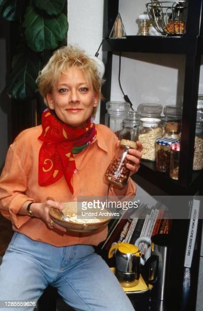 Heike Fritzen, deutsche Nachrichtensprecherin bei RTL, bereitet sich ein Müesli in Köln, Deutschland 1993.
