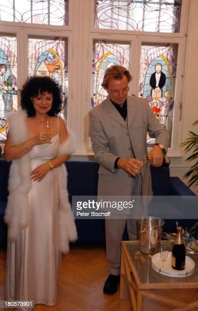Heike Knochee ,;Wolfgang Lippert, Hochzeit, Standesamt;Köpenick, Rathaus, Berlin, Deutschland, Europa, Trauzeuge,;Champagner, Glas, Sekt, Flasche,...