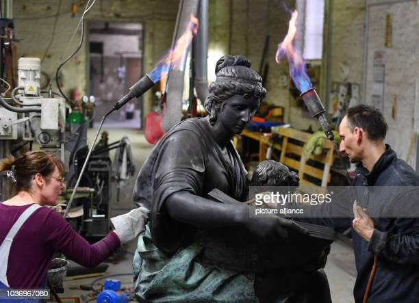 Heike Koller and Friedrich Lehmann put the last touches on the bronze originalsized copy of the Goethe monument by the sculptor Schaper from the...