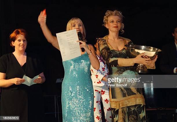 """Heike Maurer, Michaela Merten, ,;Benefiz-Gala """"Divas"""", St. Ingbert/Alte;Schmelz/Saarland, Modenschau, Bühne,;Moderation, Mikrofon, goldene..."""