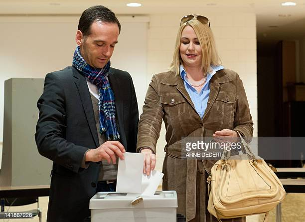 Heiko Maas, top candidate of the social demcratic SPD party, and his wife Corinna cast their votes at a polling station in Saarlouis, southwestern...