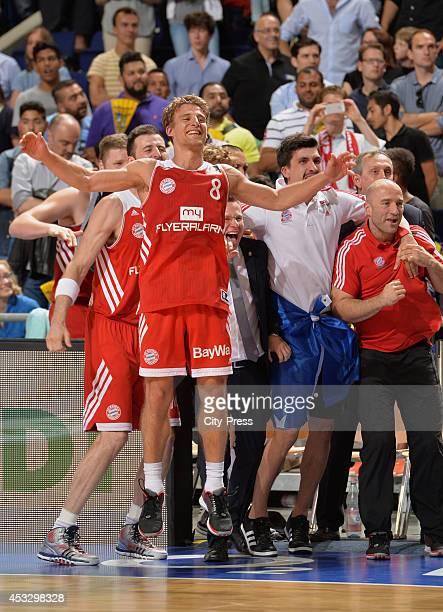 Heiko Schaffartzik feiert den Sieg nach Spiel 4 der Beko BBL playoffs zwischen Alba Berlin und FC Bayern München.