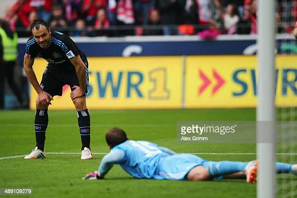 Heiko Westermann and goalkeeper Rene Adler of Hamburg react after Elkin Soto scored his team's first goal during the Bundesliga match between 1 FSV...