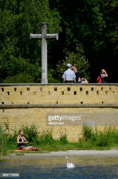 Heilandskirche Sacrow bei Potsdam Aussenansicht von der Havel aus das steinerne Kreuz neben dem Turm am Havelufer mit Yoga Frau Friedrich Der Grosse...
